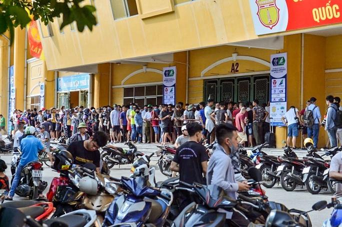 V.League 2020 trở lại: Hàng ngàn người đổ xô đến sân mua vé trận Nam Định-HAGL - Ảnh 5.
