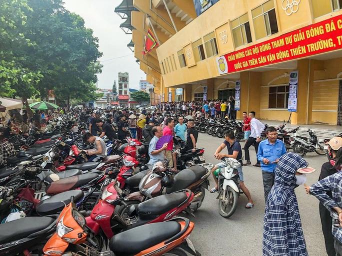 V.League 2020 trở lại: Hàng ngàn người đổ xô đến sân mua vé trận Nam Định-HAGL - Ảnh 6.