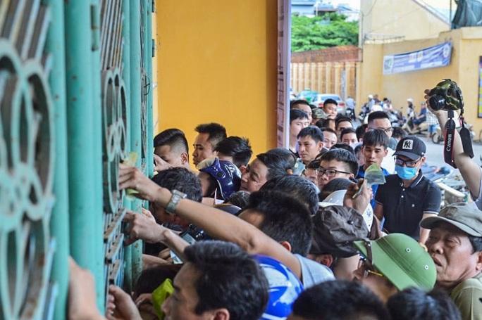 V.League 2020 trở lại: Hàng ngàn người đổ xô đến sân mua vé trận Nam Định-HAGL - Ảnh 7.
