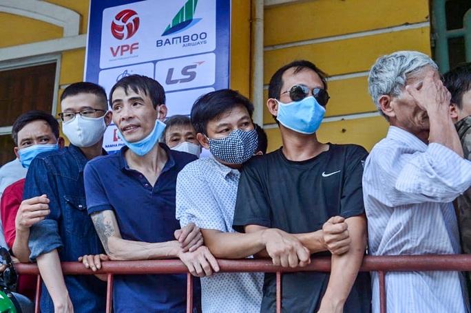 V.League 2020 trở lại: Hàng ngàn người đổ xô đến sân mua vé trận Nam Định-HAGL - Ảnh 12.