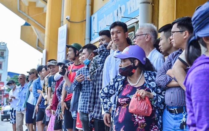 V.League 2020 trở lại: Hàng ngàn người đổ xô đến sân mua vé trận Nam Định-HAGL - Ảnh 13.