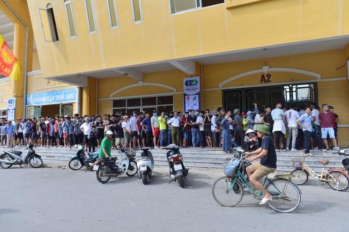 V.League 2020 trở lại: Hàng ngàn người đổ xô đến sân mua vé trận Nam Định-HAGL - Ảnh 15.