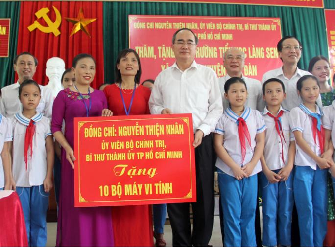 Bí thư Thành ủy TP HCM thăm, tặng quà tại quê Bác - Ảnh 1.