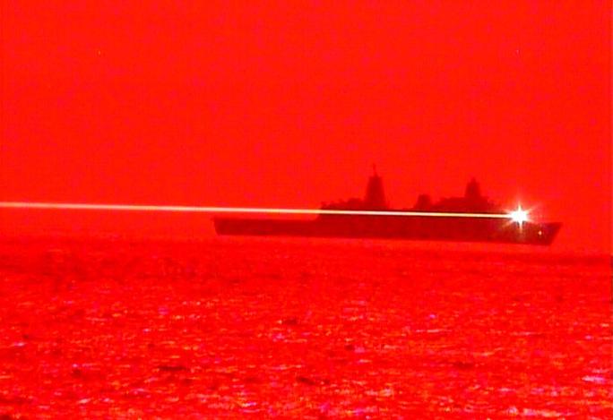 Tàu chiến Mỹ bắn UAV tan tành bằng vũ khí laser - Ảnh 1.