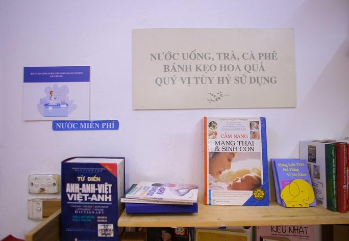 Đặc sắc thư viện miễn phí, khách tự chọn đồ uống và bánh kẹo - Ảnh 8.