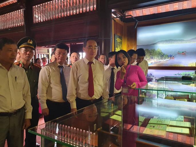 Bí thư Thành ủy TP HCM cắt băng khánh thành nhà trưng bày bổ sung và nhà bái đường tại Khu di tích Kim Liên - Ảnh 2.