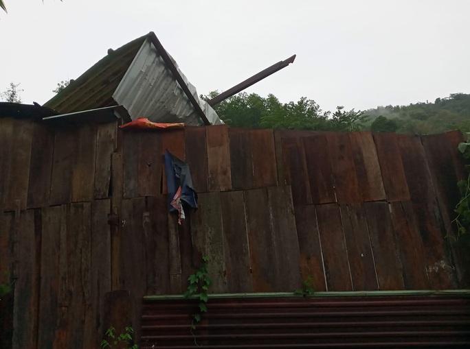 Quảng Nam: Mưa dông kèm lốc xoáy khiến nhiều nhà dân bị tốc mái - Ảnh 2.