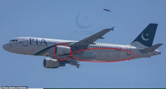 Động cơ máy bay rơi ở Pakistan bị cháy xém ở phía dưới  - Ảnh 2.