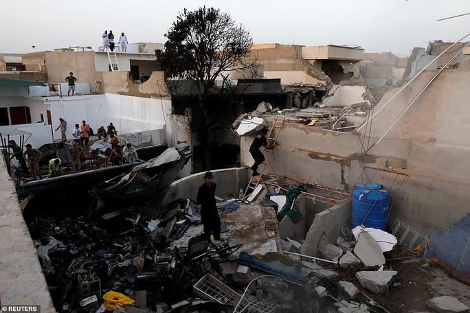 Động cơ máy bay rơi ở Pakistan bị cháy xém ở phía dưới  - Ảnh 3.
