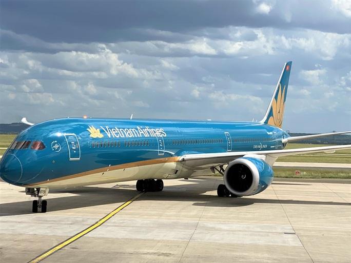 Sân bay Tân Sơn Nhất đón hơn 300 công dân Việt Nam từ châu Âu, châu Phi - Ảnh 3.