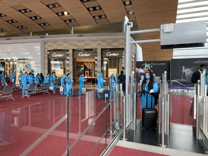 Sân bay Tân Sơn Nhất đón hơn 300 công dân Việt Nam từ châu Âu, châu Phi - Ảnh 4.