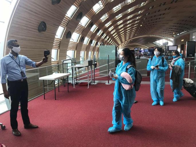 Sân bay Tân Sơn Nhất đón hơn 300 công dân Việt Nam từ châu Âu, châu Phi - Ảnh 5.