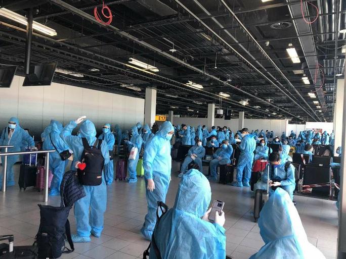 Sân bay Tân Sơn Nhất đón hơn 300 công dân Việt Nam từ châu Âu, châu Phi - Ảnh 1.