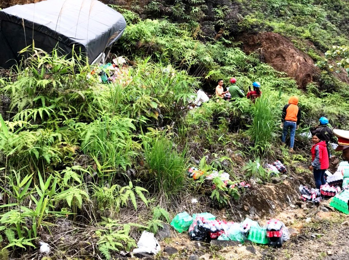 Hàng chục người dân giúp đỡ tài xế xe tải gặp nạn đâm vào vách núi ở đèo B40 - Ảnh 2.