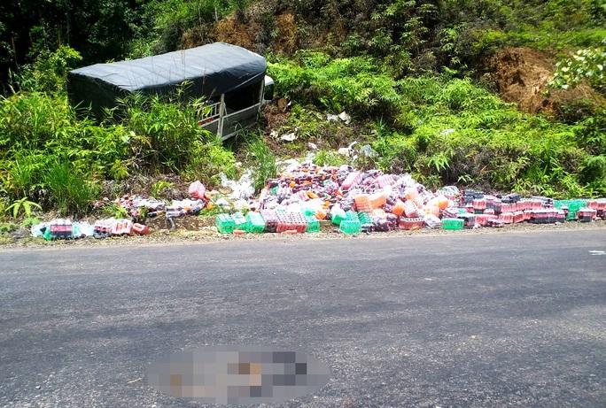 Hàng chục người dân giúp đỡ tài xế xe tải gặp nạn đâm vào vách núi ở đèo B40 - Ảnh 1.