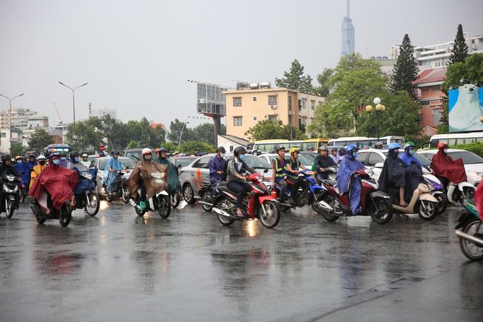 Toàn TP HCM xuất hiện mưa,  xua tan oi bức - Ảnh 6.