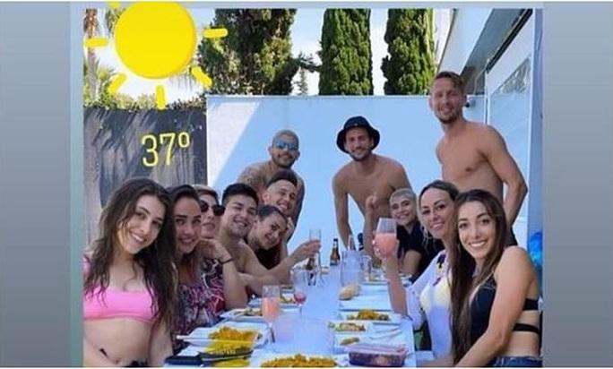 Cầu thủ CLB Sevilla đối mặt án phạt nặng vì tụ tập ăn nhậu - Ảnh 3.