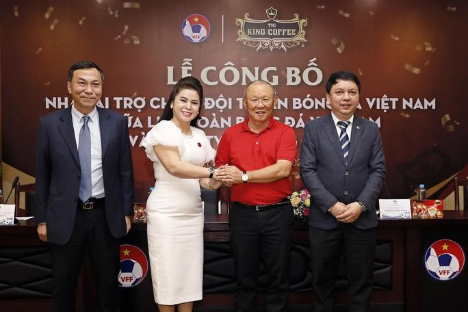 Bà Lê Hoàng Diệp Thảo tài trợ 3 năm cho hai đội tuyển Việt Nam - Ảnh 1.