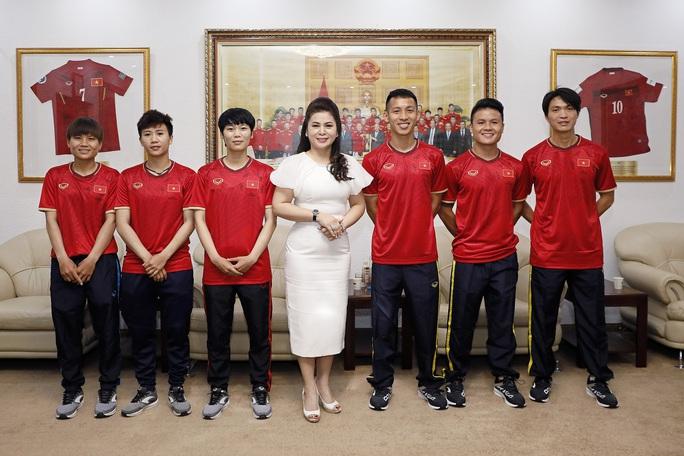 Bà Lê Hoàng Diệp Thảo tài trợ 3 năm cho hai đội tuyển Việt Nam - Ảnh 2.