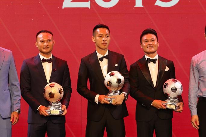 Khoảnh khắc HLV Lê Huỳnh Đức xướng tên Đỗ Hùng Dũng giành Quả bóng Vàng 2019 - Ảnh 2.