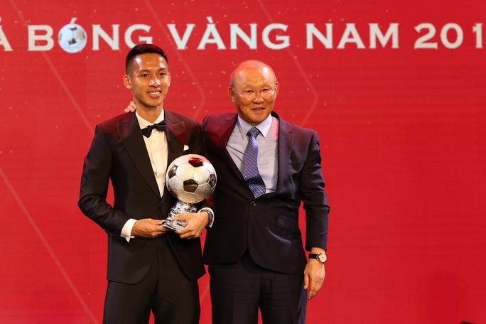 Khoảnh khắc HLV Lê Huỳnh Đức xướng tên Đỗ Hùng Dũng giành Quả bóng Vàng 2019 - Ảnh 3.