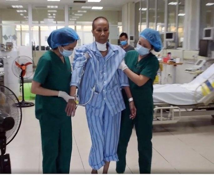 Nhiều lần ngừng tuần hoàn, bác gái bệnh nhân 17 khỏi bệnh sau gần 3 tháng mắc Covid-19 - Ảnh 3.