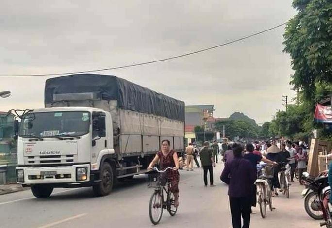 Va chạm xe tải, học sinh lớp 3 tử vong trên đường tới trường - Ảnh 1.