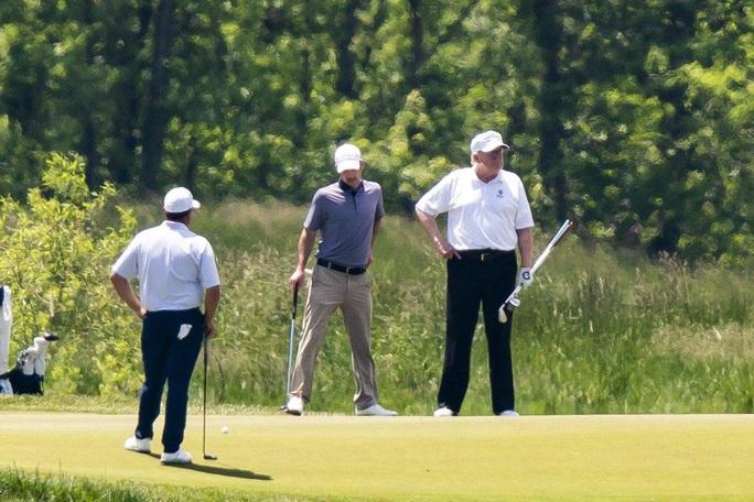 Ông Trump đáp trả chỉ trích chơi golf giữa khủng hoảng Covid-19 - Ảnh 1.