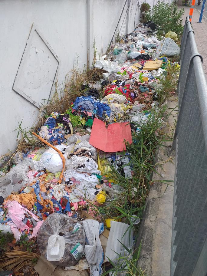 Dạ cầu thành nơi... đổ rác - Ảnh 1.