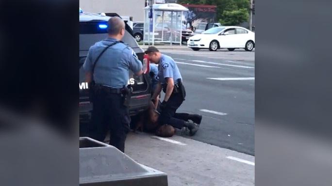 Mỹ: Bị cảnh sát da trắng lấy đầu gối chẹt cổ, người đàn ông da màu tử vong - Ảnh 2.