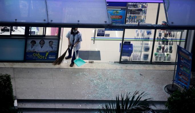 TP HCM: Hoảng loạn tháo chạy vì tảng kính trong khuôn viên chung cư sập - Ảnh 4.