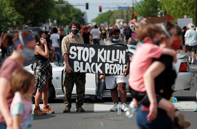 Mỹ: Bị cảnh sát da trắng lấy đầu gối chẹt cổ, người đàn ông da màu tử vong - Ảnh 3.