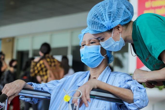 Bác gái bệnh nhân 17: Tôi mang ơn các y bác sĩ đã cứu sống tôi - Ảnh 8.