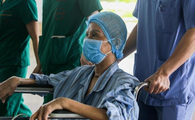 Bác gái bệnh nhân 17: Tôi mang ơn các y bác sĩ đã cứu sống tôi - Ảnh 10.