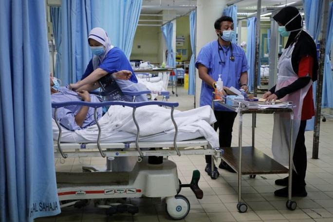 Malaysia: Bệnh nhân Covid-19 được xuất viện dù vẫn dương tính sau 2 tuần - Ảnh 1.