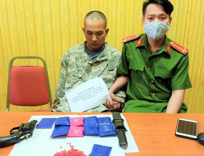 Bắt kẻ ôm gần 2.000 viên ma túy, có súng ngắn và dao nhọn trong người - Ảnh 1.