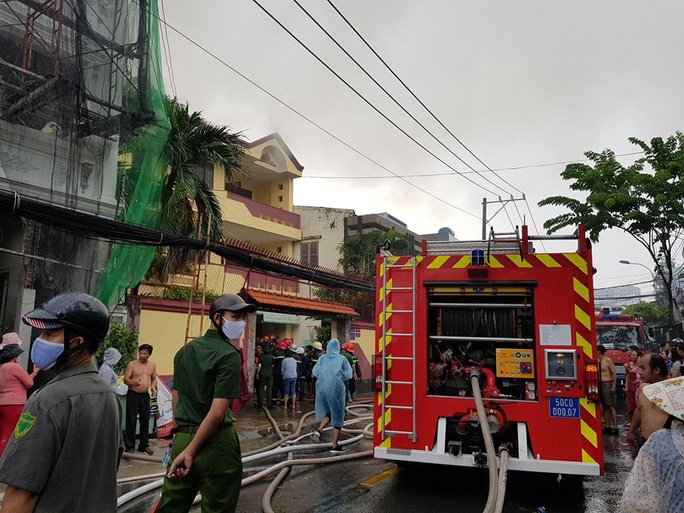 TP HCM: Cháy trên đường Tôn Đản - quận 4, khói bao trùm khu dân cư - Ảnh 3.