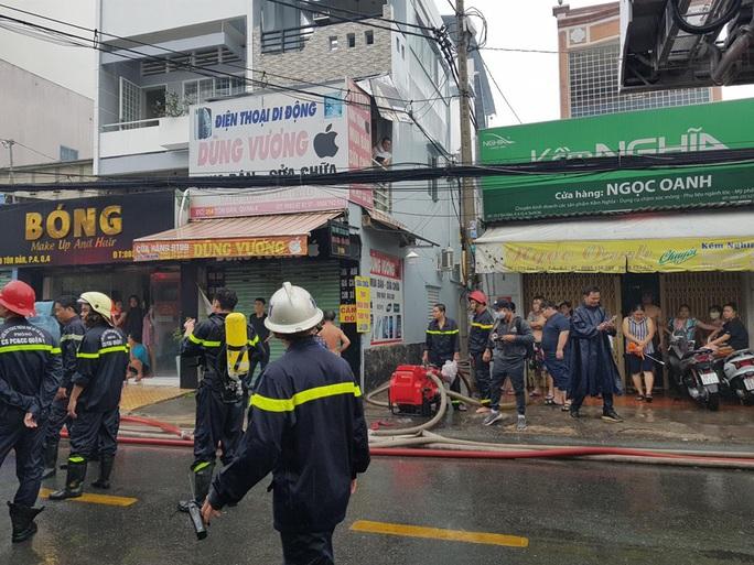 TP HCM: Cháy trên đường Tôn Đản - quận 4, khói bao trùm khu dân cư - Ảnh 5.
