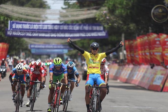 Lần thứ 4 thắng chặng, Tấn Hoài tiến gần đến chiếc Áo vàng chung cuộc - Ảnh 1.