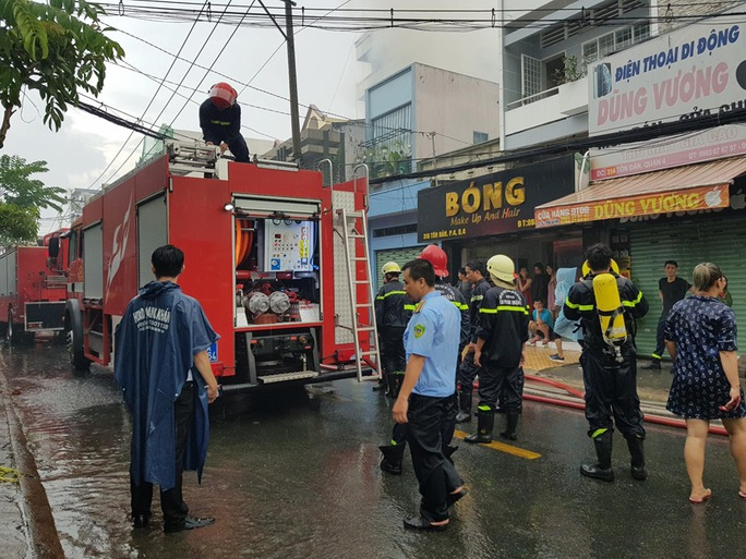 TP HCM: Cháy trên đường Tôn Đản - quận 4, khói bao trùm khu dân cư - Ảnh 6.