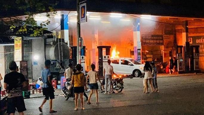 Lùi ôtô bất cẩn khi vào đổ xăng khiến cây xăng bốc cháy - Ảnh 1.