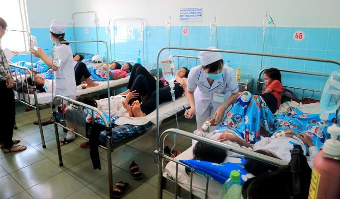 135 học sinh nhập viện sau khi ăn bánh mì từ thiện tại trường  - Ảnh 1.