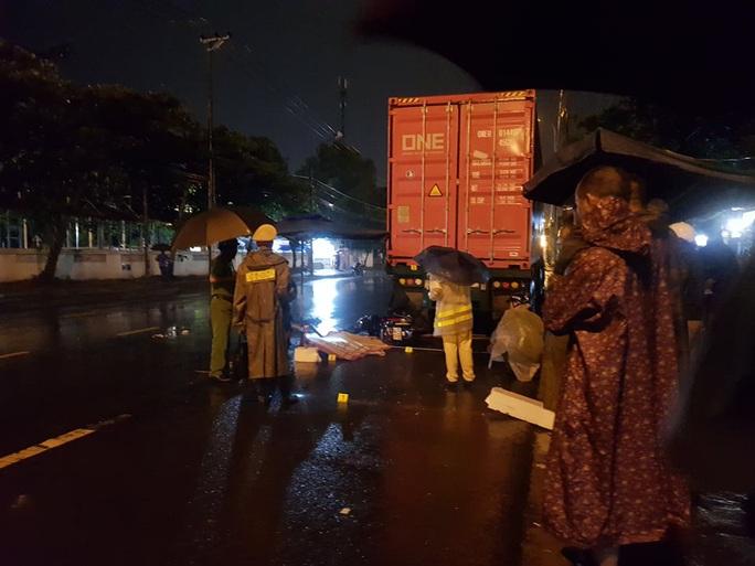 Tông vào đuôi xe container đang đậu bên đường, nam bảo vệ tử vong  - Ảnh 1.