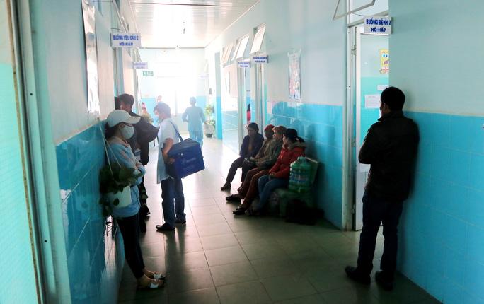 135 học sinh nhập viện sau khi ăn bánh mì từ thiện tại trường  - Ảnh 2.
