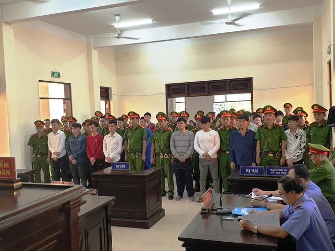 CLIP: Náo loạn sân tòa sau tuyên án 28 giang hồ Cai Lậy - Ảnh 2.