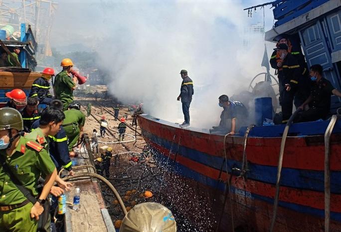 Đà Nẵng: Tàu cá bốc cháy giữa xưởng sửa chữa, thiệt hại gần 1 tỉ đồng - Ảnh 2.