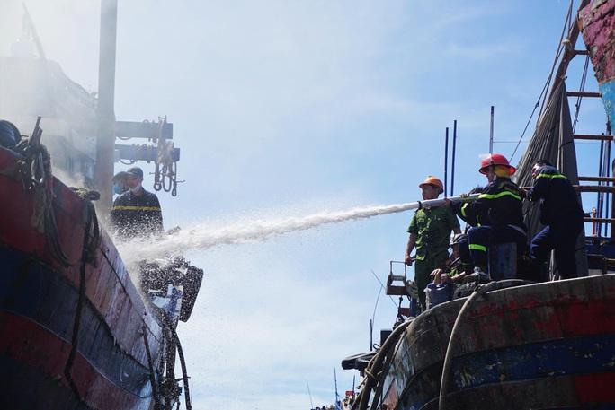 Đà Nẵng: Tàu cá bốc cháy giữa xưởng sửa chữa, thiệt hại gần 1 tỉ đồng - Ảnh 3.