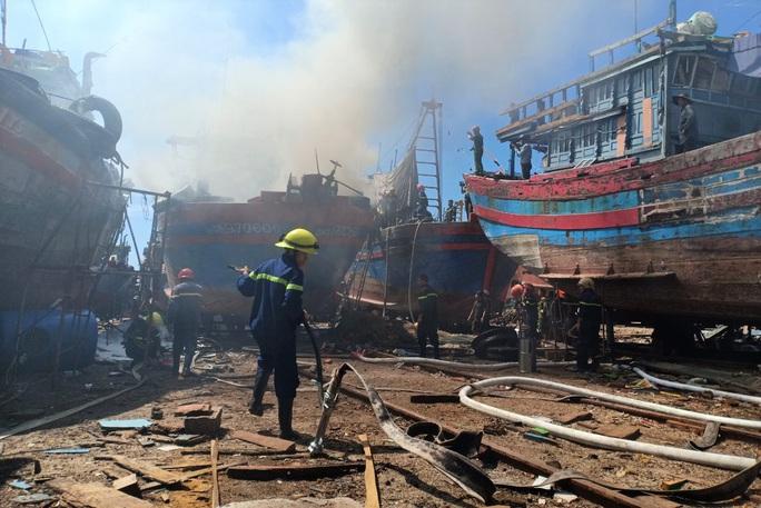 Đà Nẵng: Tàu cá bốc cháy giữa xưởng sửa chữa, thiệt hại gần 1 tỉ đồng - Ảnh 4.