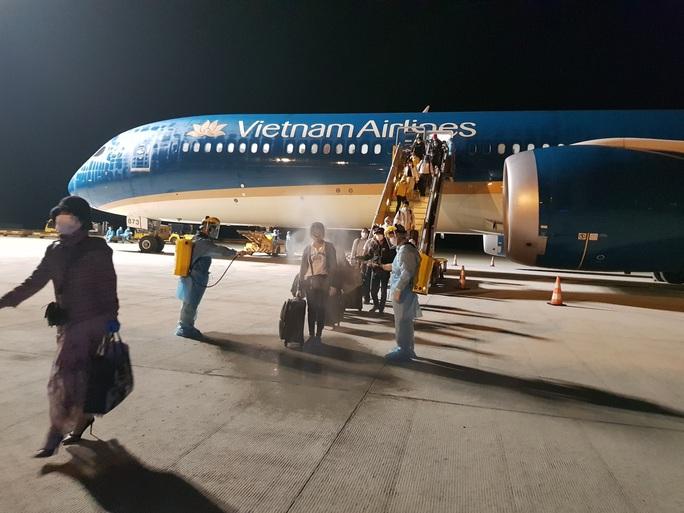 Chuyến bay đầu tiên đưa gần 300 công dân Việt Nam từ khu vực Trung Đông về nước - Ảnh 8.