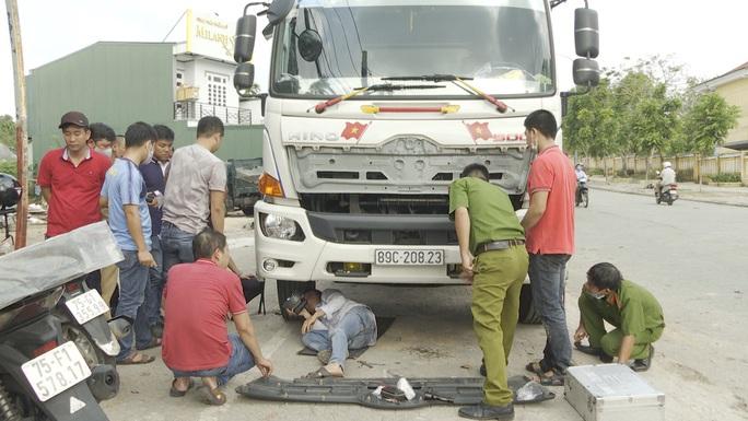 Điều khiển xe tải tông chết người rồi ung dung bỏ trốn - Ảnh 1.